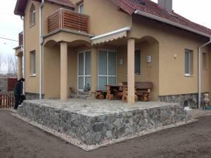 Kamenný obklad, balkónové zábradlia, obrubník